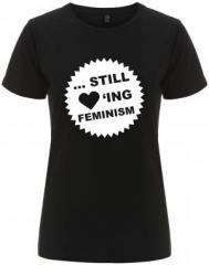 """Zum/zur  tailliertes Fairtrade T-Shirt """"... still loving feminism"""" für 18,00 € gehen."""