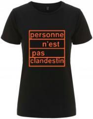 """Zum/zur  tailliertes Fairtrade T-Shirt """"personne n´est pas clandestin (orange)"""" für 18,00 € gehen."""