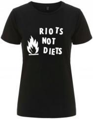 """Zum/zur  tailliertes Fairtrade T-Shirt """"Riots not diets"""" für 17,55 € gehen."""