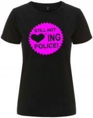 """Zum/zur  tailliertes Fairtrade T-Shirt """"Still not loving Police"""" für 17,55 € gehen."""
