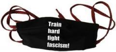 """Zur Mundmaske """"Train hard fight fascism !"""" für 6,50 € gehen."""