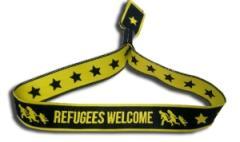 """Zum/zur  Stoffarmband """"Refugees welcome"""" für 2,60 € gehen."""