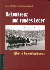 """Zum Buch """"Hakenkreuz und rundes Leder"""" von Dietrich Schulze-Marmeling und Lorenz Peiffer (Hrsg.) für 39,90 € gehen."""