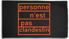 "Zur Fahne / Flagge (ca. 150x100cm) ""personne n´est pas clandestin (orange)"" für 16,00 € gehen."
