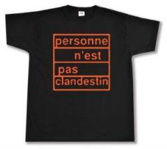 """Zum T-Shirt """"personne n´est pas clandestin (orange)"""" für 13,00 € gehen."""