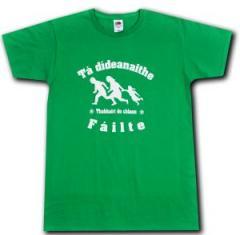 """Zum T-Shirt """"Tá dídeaenaithe Fáilte - Thabhairt do chlann"""" für 13,00 € gehen."""