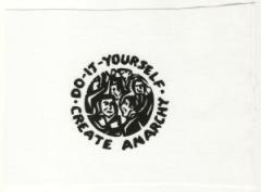 """Zum Aufnäher """"do it yourself - create anarchy"""" für 1,50 € gehen."""