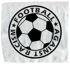 """Zum Aufnäher """"Football against racism"""" für 1,50 € gehen."""