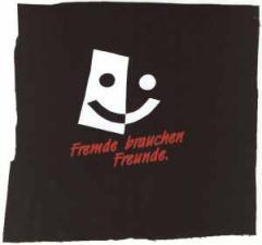 """Zum Aufnäher """"Fremde brauchen Freunde"""" für 1,50 € gehen."""