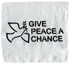 """Zum Aufnäher """"Give peace a chance"""" für 1,50 € gehen."""