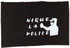 """Zum Aufnäher """"Nique la police"""" für 1,50 € gehen."""
