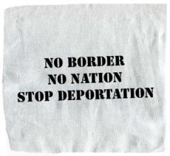 """Zum Aufnäher """"No Border - No Nation - Stop Deportation"""" für 1,50 € gehen."""