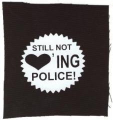 """Zum Aufnäher """"Still not loving police!"""" für 1,50 € gehen."""
