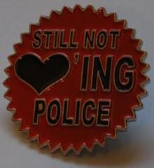 """Zum Anstecker / Pin """"Still not loving police"""" für 3,00 € gehen."""