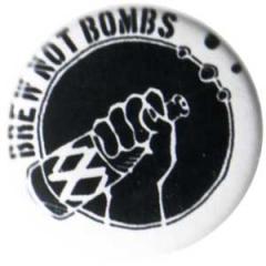 """Zum 50mm Button """"Brew not Bombs"""" für 1,20 € gehen."""