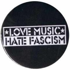 """Zum 50mm Button """"Love music Hate Fascism"""" für 1,20 € gehen."""