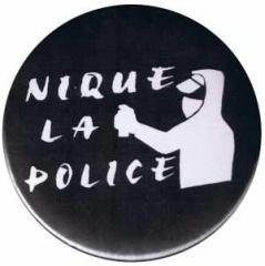 """Zum 50mm Button """"Nique La Police"""" für 1,20 € gehen."""