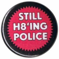 """Zum 50mm Button """"Still H8ing Police"""" für 1,20 € gehen."""