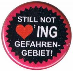 """Zum 50mm Button """"Still not loving Gefahrengebiet!"""" für 1,20 € gehen."""