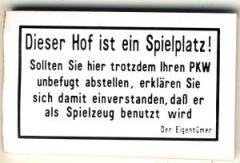 """Zum Spucki / Schlecki / Papieraufkleber """"Dieser Hof ist ein Spielplatz! Sollten Sie hier trotzdem Ihren PKW unbefugt abstellen, erklären Sie sich damit einverstanden, ... dass er als Spielzeug benutzt wird. - Der Eigentümer"""" für 1,00 € gehen."""