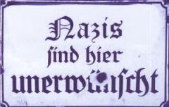 """Zum Aufkleber """"Nazis sind hier unerwünscht"""" für 0,97 € gehen."""