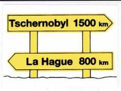 """Zum Aufkleber """"Tschernobyl 1500km _ La Hague 800km"""" für 1,00 € gehen."""