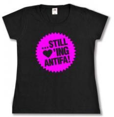 """Zum tailliertes T-Shirt """"... still loving antifa! (pink)"""" für 13,65 € gehen."""
