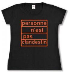 """Zum tailliertes T-Shirt """"personne n´est pas clandestin (orange)"""" für 14,00 € gehen."""