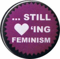 """Zum 25mm Button """"... still loving feminism"""" für 0,80 € gehen."""