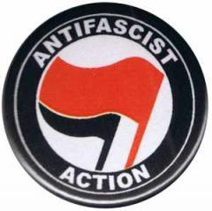 """Zum 25mm Button """"Antifascist Action (rot/schwarz)"""" für 0,80 € gehen."""