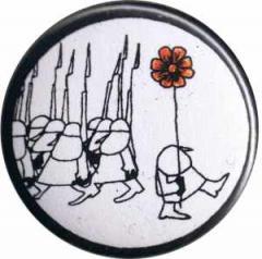 """Zum 25mm Button """"Blume gegen Gewehre"""" für 0,80 € gehen."""