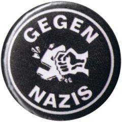 """Zum 25mm Button """"Gegen Nazis"""" für 0,80 € gehen."""