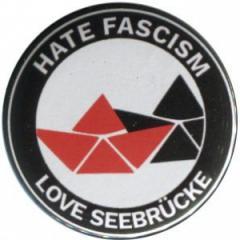"""Zum 25mm Button """"Hate Fascism - Love Seebrücke"""" für 0,80 € gehen."""