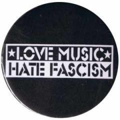 """Zum 25mm Button """"Love music Hate Fascism"""" für 0,80 € gehen."""