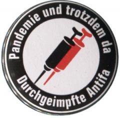 """Zum 25mm Button """"Pandemie und trotzdem da - Durchgeimpfte Antifa"""" für 0,80 € gehen."""
