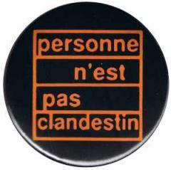 """Zum 25mm Button """"personne n´est pas clandestin"""" für 0,80 € gehen."""