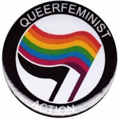 """Zum 25mm Button """"Queerfeminist Action"""" für 0,78 € gehen."""