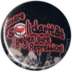 """Zum 25mm Button """"Unsere Solidarität gegen eure Repression!"""" für 1,00 € gehen."""