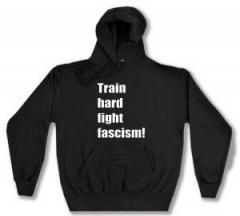 """Zum Kapuzen-Pullover """"Train hard fight fascism !"""" für 27,29 € gehen."""