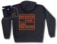 """Zur Kapuzen-Jacke """"personne n´est pas clandestin (orange)"""" für 30,00 € gehen."""