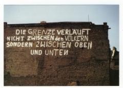 """Zur Postkarte """"Die Grenze verläuft nicht zwischen den Völkern, sondern zwischen oben und unten"""" für 1,00 € gehen."""
