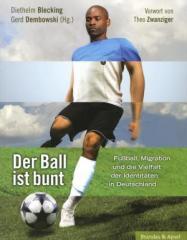 """Zum Buch """"Der Ball ist bunt"""" von Diethelm Blecking und Gerd Dembowski (Hrsg.) für 19,90 € gehen."""