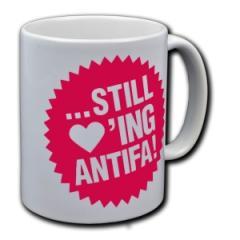 """Zur Tasse """"... still loving antifa!"""" für 9,75 € gehen."""