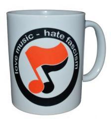 """Zur Tasse """"love music - hate fascism (Noten)"""" für 9,75 € gehen."""