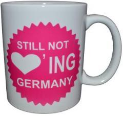 """Zur Tasse """"Still Not Loving Germany"""" für 10,00 € gehen."""