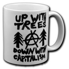 """Zur Tasse """"Up with Trees - Down with Capitalism"""" für 9,75 € gehen."""