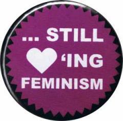"""Zum 25mm Magnet-Button """"... still loving feminism"""" für 1,95 € gehen."""