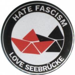 """Zum 25mm Magnet-Button """"Hate Fascism - Love Seebrücke"""" für 2,00 € gehen."""