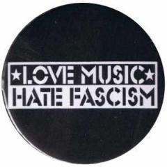 """Zum 25mm Magnet-Button """"Love music Hate Fascism"""" für 2,00 € gehen."""