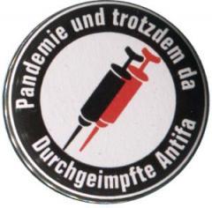 """Zum 25mm Magnet-Button """"Pandemie und trotzdem da - Durchgeimpfte Antifa"""" für 2,00 € gehen."""